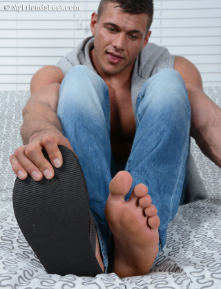 Joshua Shows Off His Size 11 Bare Feet & Flip-Flops_017