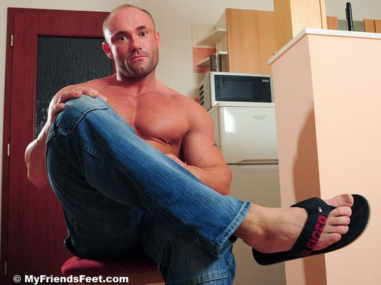 Dorian's Size 10s In Flip-Flops and Bare 13